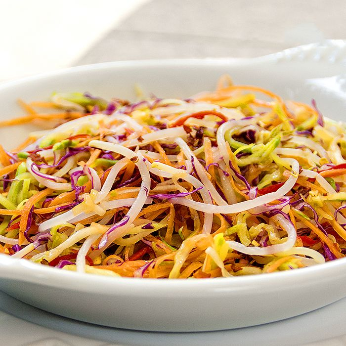 Essa salada detox é muito nutritiva e ajuda a combater o inchaço, saciar a fome e entrar em forma! É fácil de fazer, veja a receita http://luciliadiniz.com/oriente-se-pela-boa-forma-salada-asian-slaw/?utm_source=fb&utm_medium=pp&utm_content=nutrase&utm_campaign=saladd