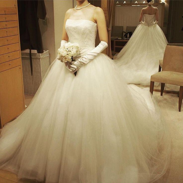 ドレス試着菜々緒さんがグランドハイアットの広告で着ていたデザインの素材違いとても素敵だったけれど予算オーバーなのとサイズがもう予約済みでした(( ˊˋ)) #プレ花嫁#ウエディングドレス#weddingdress#ハツコエンドウ by y.y_wedding