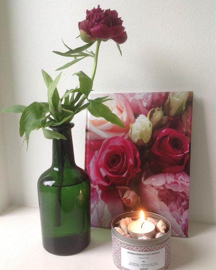 """Roser og genbrug Den smukke OG miljøvenlige notatbog med roser bruger jeg selv til at samle viden og opskrifter på æteriske olier... men den er jo også oplagt som havebog  Det fine duftlys er brændt ned men dåsen kan jo genbruges... både til opbevaring af """"dims"""" men her har jeg fyldt den med fine muslingeskaller og et fyrfadslys. #webshop #notesbog #roser #duftlys #dåse #genbrug #miljøvenlig #pæon #bonderoser #æteriskeolier #aromaterapi #skriveglæde #havebog #hygge"""