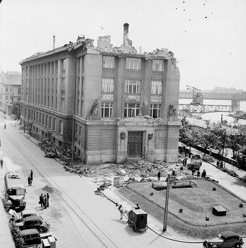 Viliam Malík - Centrum mesta a prístav po bombardovaní spojeneckým letectvom 1944