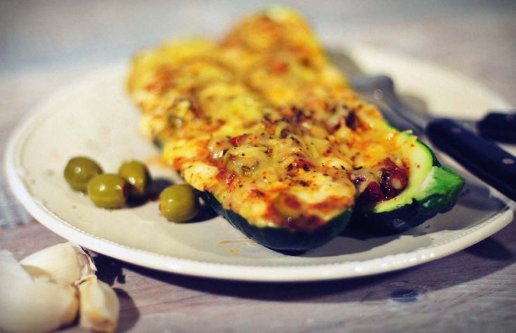 Gevulde courgette met mozzarella en ansjovis, weer eens iets anders en erg lekker! Gevulde courgette is eenvoudig te maken en snel klaar. Super gezond!