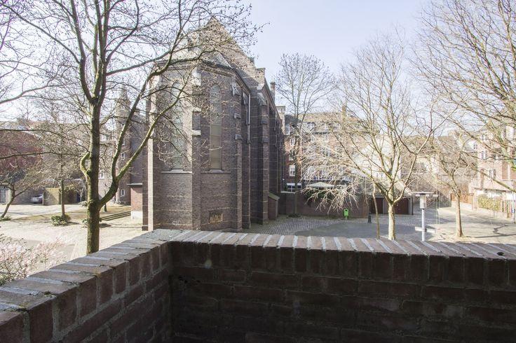 Balkon   Appartement gelegen op de begane grond en eerste verdieping in een autoloze straat, maar toch in het hartje van Maastricht nabij het Sphinxterrein waar nu alle moderne ontwikkelingen plaatsvinden. Zoals een nieuwe bioscoop, nieuwe Lumiere, etc. Kunst, cultuur en gezelligheid komen hier samen in een moderne werled in een oud jasje met stijl.