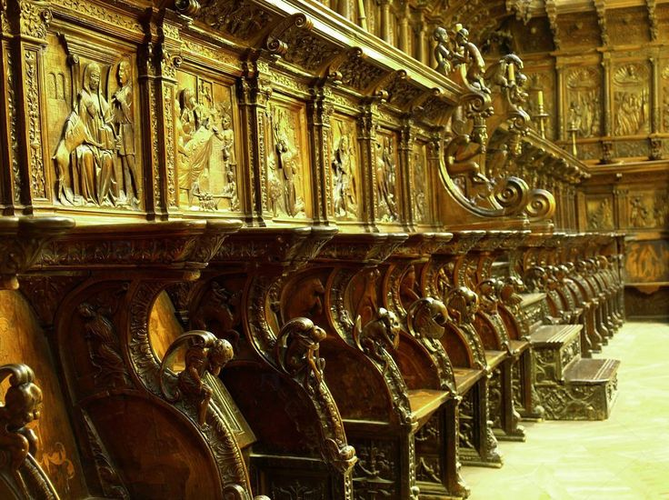 Coro da Catedral de Burgos, Castilla León Espanha  O coro, com 103 cadeiras de nogueira intarsiada, foi esculpida por Felipe Vigarny entre 1507 e 1512.  As cadeiras estão decoradas com cenas do Antigo e do Novo Testamento; o piso, com motivos mitológicos burlescos.