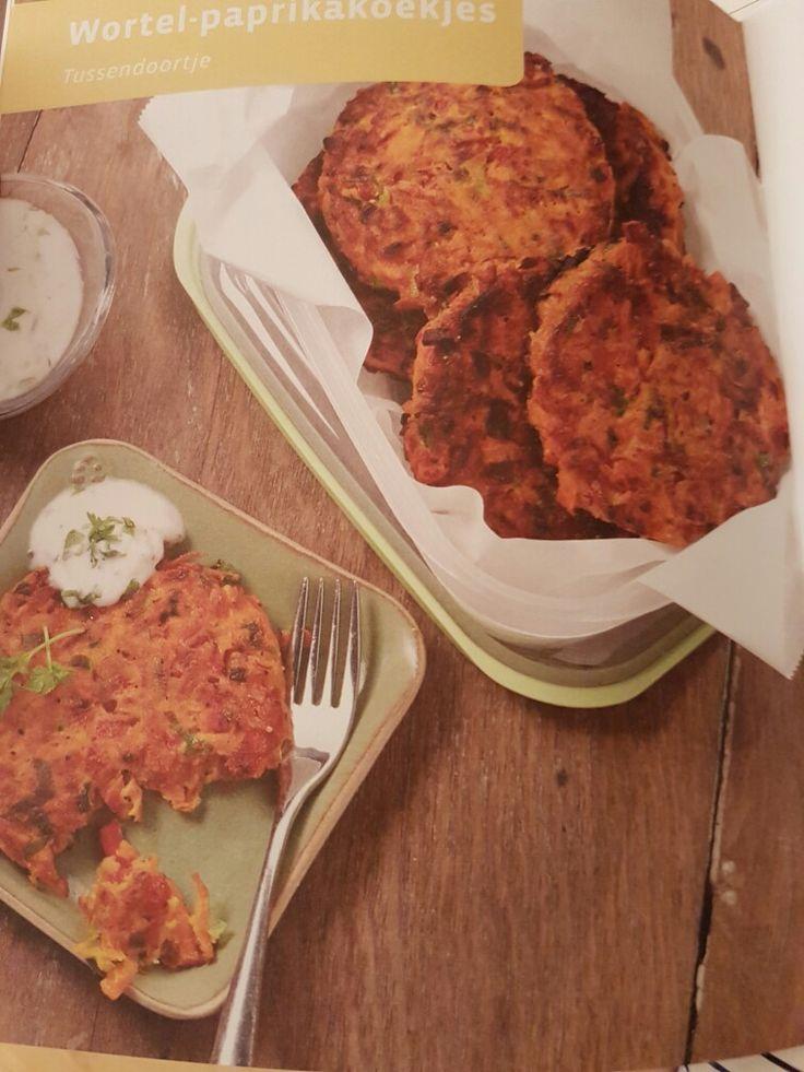 8 koekjes 3 wortelen 1 rode paprika 3 lente uitjes 1/2 koriander  1 ei  2 eetl bloem 4 eetl olijfolie  Zwarte peper  Zout  Alles samenvoegen en pletten en bolletjes pletten Bakken in de pan