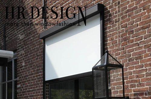 HR Design screens hebben ideale eigenschappen als zonwering. Een van die eigenschappen is dat het zonlicht wordt gefilterd, terwijl het zicht naar buiten behouden blijft. Door de verticale montage steken er geen hinderlijke onderdelen buiten de gevel, een esthetisch en praktisch voordeel ten opzichte van conventionele uitvalschermen.