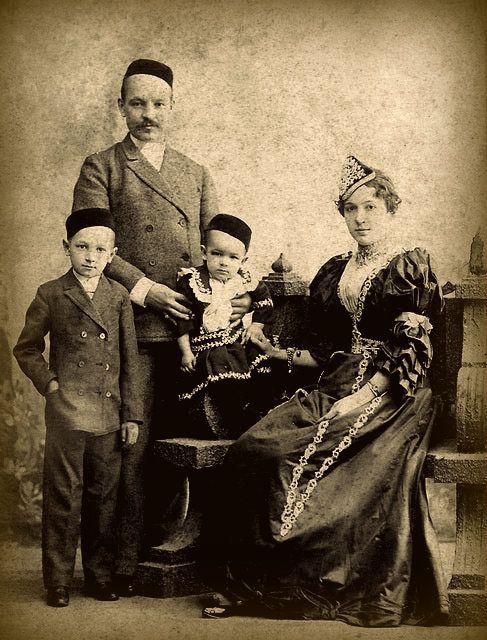 Tatars. Ибатуллин Багаутдин Ибатуллович ( 1860-1926), его супруга Магипарваз Гареевна (урожденная Вахитова 1874-1930), сын Багаутдина Ибатулловича от первого брака Усман и третий сын Магипарваз Гареевны Султан (р. 1906). Пермь, 1909 г.