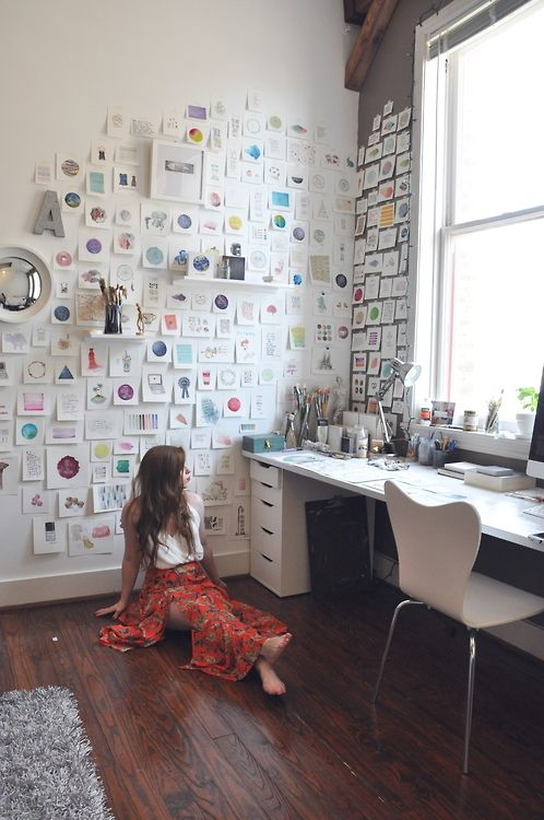 I love this light workplace with white furniture. Those paintings on the wall are so cool. Maybe I'll do this in my own home too.
