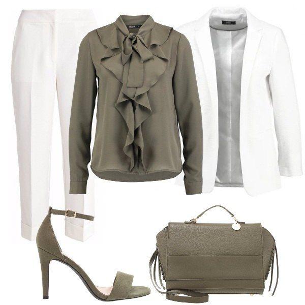 Pantaloni+vita+alta,+lunghezza+7/8,+bianchi,+camicia+verde+con+rouches+e+fiocco+al+collo,+blazer+bianco+manica+lunga,+sandali+in+simil+pelle+con+cinturino+alla+caviglia,+borsa+verde+in+finta+pelle+con+manico+e+chiusura+con+cerniera.