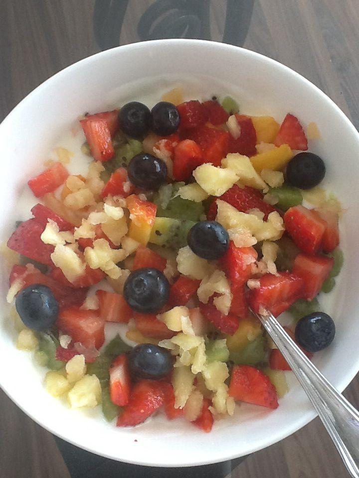 Fruitslaatje met bevroren ananas crunch. Weer even iets anders. Neem halfvolle yoghurt, voeg fijngesneden nectarine,kiwi,aardbei en bosbessen toe en werk af met fijngesneden bevroren ananas. Fris met een extra knabbeltje. Smakelijk.
