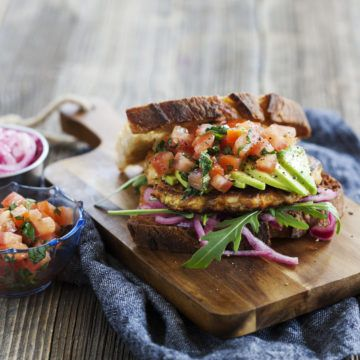 Halloumiburgare med morot och zucchini som toppas med picklad rödlök och avokado på grillat surdegsbröd.