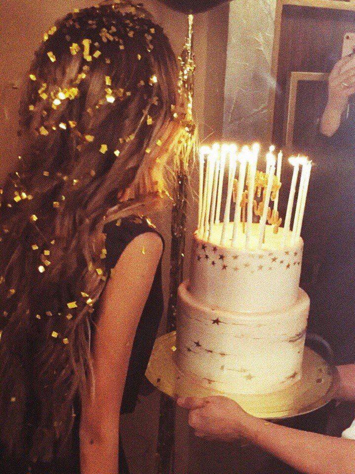 Imagen De Cake And Fashion Birthday Girl Pictures Birthday Celebration 21st Birthday Photoshoot