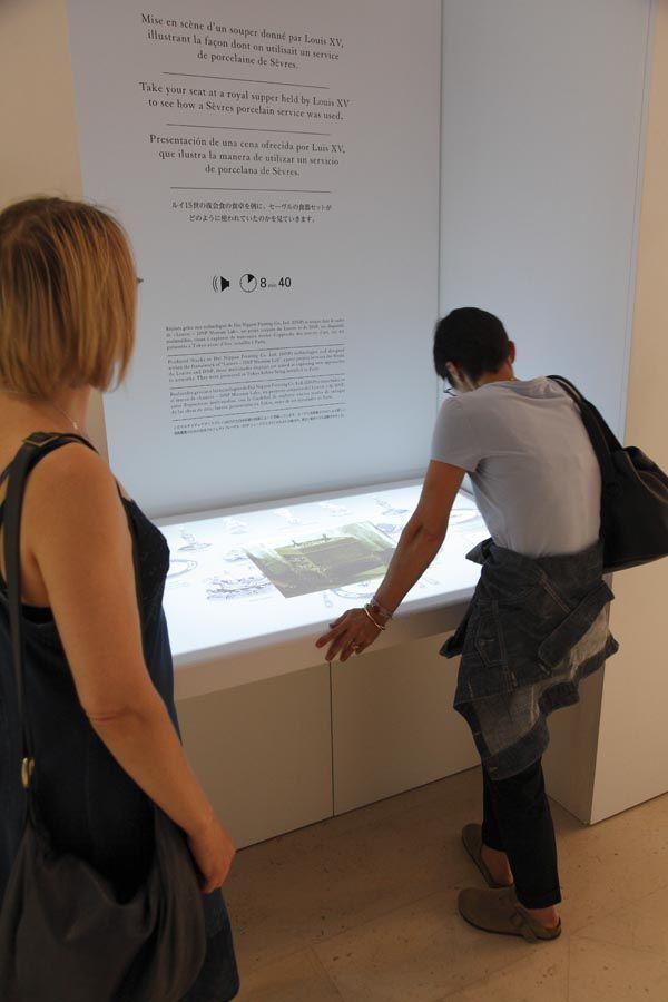 Réalisé grâce aux technologies de Dai Nippon Printing Co., Ltd. (DNP) ce dispositif multimédia vous invite à la table du roi. Retrouvez-le dans les nouvelles salles #Objetsdart18 du musée du #Louvre.