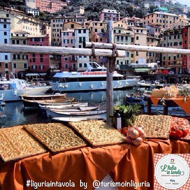 Siamo a #Camogli in #Liguria per un aperitivo a base di focacce con @turismoinliguria #italianfood #italia #italy
