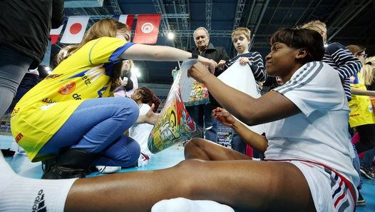 Le tournoi de qualification olympique de handball féminin se déroule à Metz du 18 au 20 mars 2016. Les Bleues d'Olivier Krumbholz, se sont entraînées aux Arènes sous le regard de leurs supporters. Avant le premier match qualificatif pour les JO de Rio, elles ont déjà gagné le cœur de leur public. Reportage : Fabrice JAZBINSEK