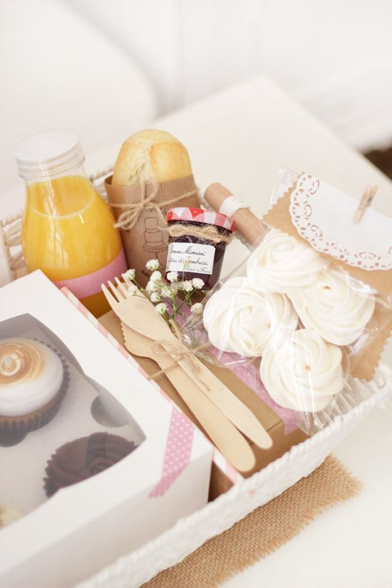 Ma petite patisserie: Día de la madre: Sorprendela con un desayuno en casa Breakfast Basket, Breakfast In Bed, Food Pack, Picnic Time, Summer Picnic, Mothers Day Brunch, Snack Box, Party In A Box, Creative Gifts
