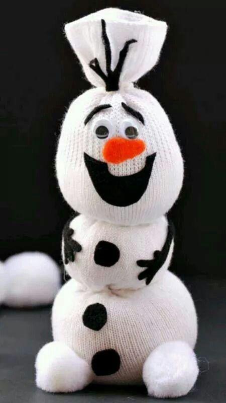 Rellena una calceta con tela o algodón, luego debéis atar con un listón la calceta dejando tres bolas de tela, luego agrega los botones, ojos y el resto de los accesorios de este adorable personaje. (Foto: Pinterest)