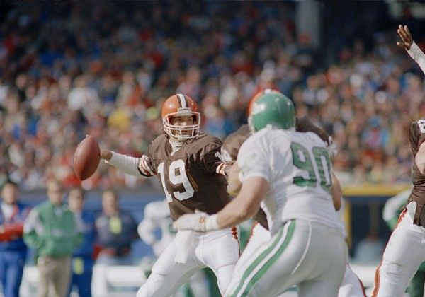 bernie-kosar-Cleveland Brown's quarterback Bernie Kosar (19) winds up to throw in the first quarter as Philadelphia Eagles defensive tackle Mike Golic (90) rushes in Cleveland, Nov. 10, 1991. (AP Photo-Jeff Haynes)(AP)