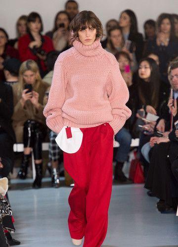 Joseph – Fashion Week London H/W 2017/18 | Pinker Rollkragenpullover mit übergroßen Ärmeln