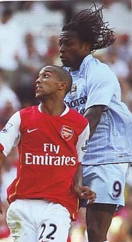 Arsenal 1 Man City 0 in Aug 2007 at the Emirates Stadium. Emile Mpenza outjumps Gael Clichy #Prem