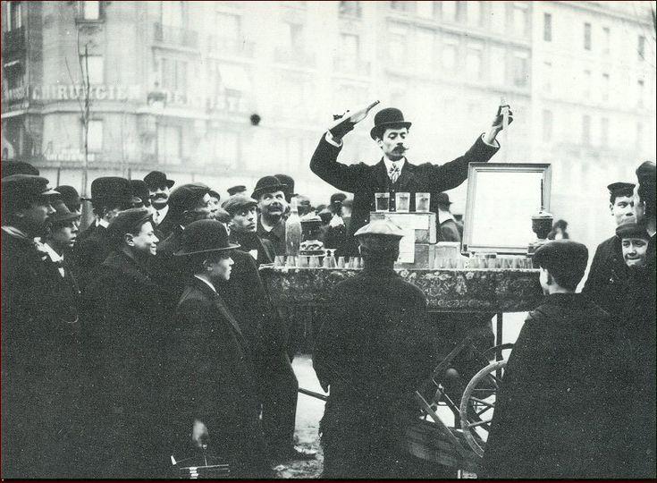 """Un démonstrateur de """"produits chimiques"""" dans les rues de Paris, vers 1900..."""