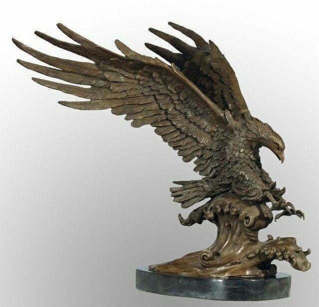 Escultura figurativa de un águila en plena caza. Si observamos bien, podemos decir incluso que se encuentra cazando (debido a la tensión de sus garras y la posición de sus alas) en el rio o en el mar. La he elegido por el realismo de sus plumas y la sensación de movimiento que transmite la escena.