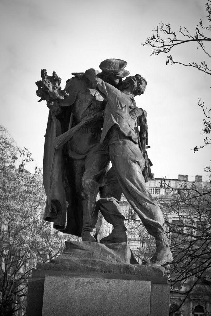 Jacob girò attorno alla statua per vederla da tutte le angolazioni. Il fucile del soldato, tenuto a tracolla, ricadeva tra i due uomini separandoli come le spade delle leggende che separano gli amanti dormienti. La gamba sinistra del soldato era spostata in avanti, in modo risoluto, come a voler lasciare intendere che quell'abbraccio non avrebbe rallentato la sua marcia.