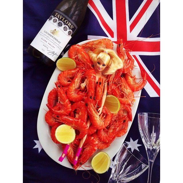 """Australia! Keep calm and throw#shrimponthebarbie #nye2015 Легендарное, австралийское выражение: """"Кинь креветку на Барби!"""" Оззики очень простые люди, Новый год здесь начинают отмечать с обеда! Заводят барбекю, обязательно грилят креветки, смеются от души, купаются в океане и выпивают море белого вина!!! Всех с наступающим из Сиднея#новыйгод#австралия#сидней#вкусно#мирдолжензнатьчтояем#креветки#vscocam#ink361_food52#seafood#sydney#aussie#australia#love#downunder"""