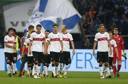 So sieht Enttäuschung aus: Die VfB-Spieler nach der Niederlage beim FC Schalke 04. Foto: dpa