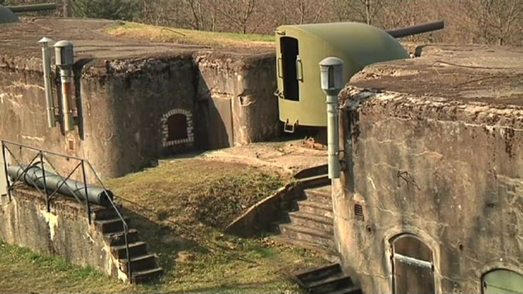 """Une magnifique vidéo qui vous donne un avant-goût de la visite guidée du Fort de Mutzig. D'une durée de 2h30, le parcours vous emmène sous la terre et en surface, à la découverte de ce titan de la fin du XIXème siècle. Ses 254 hectares, 8000 hommes, en faisaient l'une des plus grandes forteresses au monde avant la première guerre mondiale.  Entièrement électrifié, bétonné et """"cuirassé"""" (équipé de tourelles en acier), il fut aussi le fleuron de la technologie moderne à son époque !"""