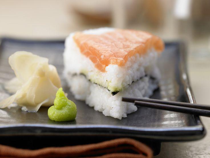 So eine Torte aus Sushi lassen wir uns heute schmecken. Sushi-Torte - mit Lachs und Nori-Algen - smarter - Kalorien: 332 Kcal - Zeit: 15 Min.   eatsmarter.de
