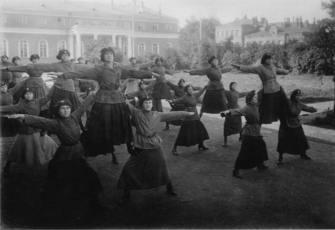 Женщины-милиционеры выполняют гимнастические упражнения.