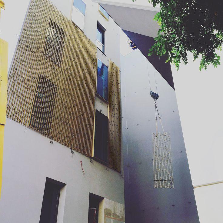 Montaje en obra de la Celosía dorada para la Ciudad de la Justicia de Córdoba. Desarrollo de sistema propio que permite un rápido ensamblaje e instalación.