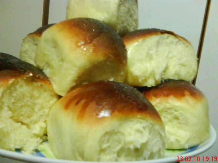 Ingredientes:  4 xicaras de farinha de trigo especial  1 gema de ovos  1 ovo inteiro  2 colheres de margarina  1 colher de melhorador d...