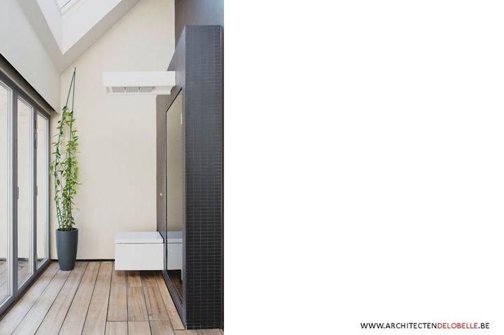 De UNDERCOVER Shower is een 'lichtgevende' douchekop of een verlichtingsarmatuur waaronder je kan douchen. De ingewerkte LEDstrips lichten de wit translucente kunststof egaal uit.Ideaal te gebruiken in een multifunctionele ruimte waar de douchekranen verborgen worden achter een zwart glazen deur, die na openen dienst doet als douche scherm.
