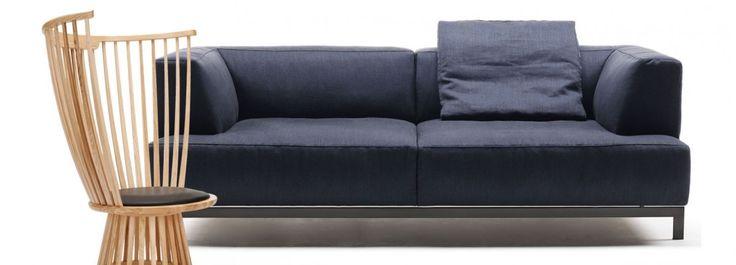 Originale e dal forte impatto la poltrona Fan Chair realizzata da Tom Dixon. Una rivisitazione della sedia Windsor, molto in voga nel XXVIII secolo. Realizzata in frassino massiccio tornito, assottigliato e piegato a vapore. Spaziosa e avvolgente, la seduta della poltrona è ricoperta da un cuscino di pelle nera, in modo da garantire un ottimo comfort.  Metrocubo di Living Divani è una collezione di imbottiti composta da divani ed elementi componibili disponibili in un'ampia gamma di misure