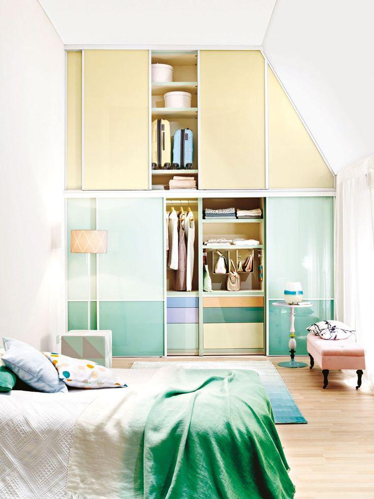 Bei hohen Räumen mit Dachschräge empfiehlt sich ein doppelstöckiger Einbauschrank bis unter die Decke.