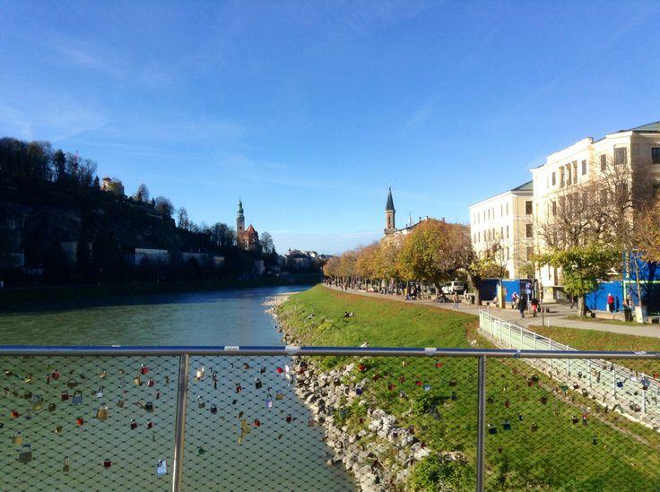 Традиция вешать на мосту замочки, символизирующие верность и «прочность» отношений влюблённых, жива и в Зальцбурге.