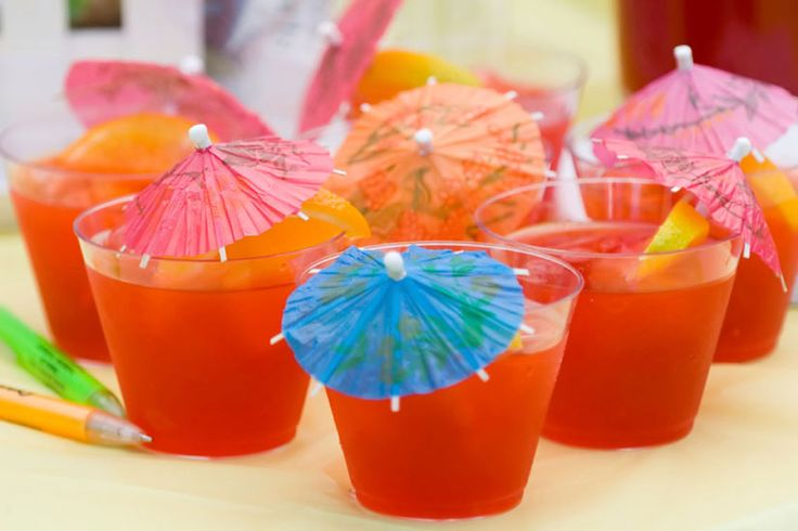 Boissons froides pour l'été—Limonade, thé glacé, lait frappé ou sangria... Rien de mieux qu'une boisson bien froide, alcoolisée ou non, pour se désaltérer durant l'été. Voici 15 recettes rafraîchissantes pour soulager les grandes chaleurs estivales!Vous connaissez la recette de la boisson la plus désaltérante qui soit? Partagez-la avec nous!
