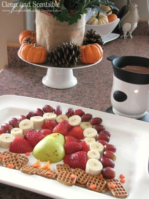 This fruit turkey platter is a fun addition to the Thanksgiving dessert table and is even better with some chocolate fondue! #Thanksgiving