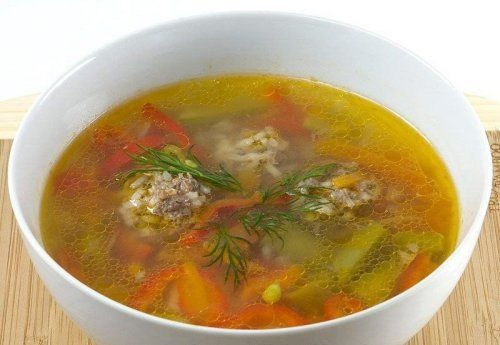 Суп с фрикадельками - Ингредиенты: Для супа: ●400 г говядины для супа (с костями) ●1 корень петрушки ●120 г моркови, натертой на крупной терке ●1 луковица (небольшая) ●1 помидор ●1-2 картофелины ●1 стакан свежего зеленого горошка (зерна или молодые стручки) ●1/2 сладкого красного перца ●3-4 лавровых листьев ●соль, молотый черный перец по вкусу Для фрикаделек: ●400 г говяжьего фарша ●1/2 стакана риса ●соль, молотый черный перец по вкусу
