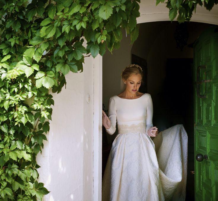 Novia, falda brocado, vestido con crep de seda.traje y peluqueria Manuel de vivar.