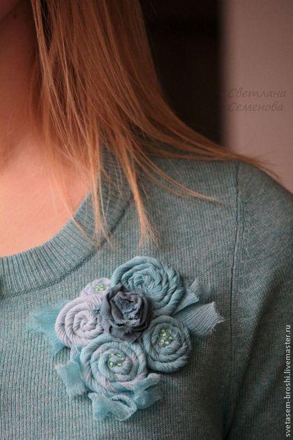 Купить или заказать Брошь Сказки зимнего сада в интернет-магазине на Ярмарке Мастеров. В зимнем саду уснули цветы... Уснули крепко под снежным пледом... Плед не простой, сплетен из снежинок... Тех самых, волшебных, что рисует Зима... Заснули цветы и снятся им сны... Сны бирюзовые про тёплые дни... Про солнца лучи, про пение птиц... ... Время придёт, холод уйдёт... Проснутся цветы, закончатся сны... Сны бирюзовые про тёплые дни... Всё станет, как прежде...