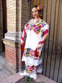 """Mestiza Yucateca vestida con el tradicional """"terno yucateco"""", porque consta de tres partes: huipil, fustán y jubón. Yucatán, México"""