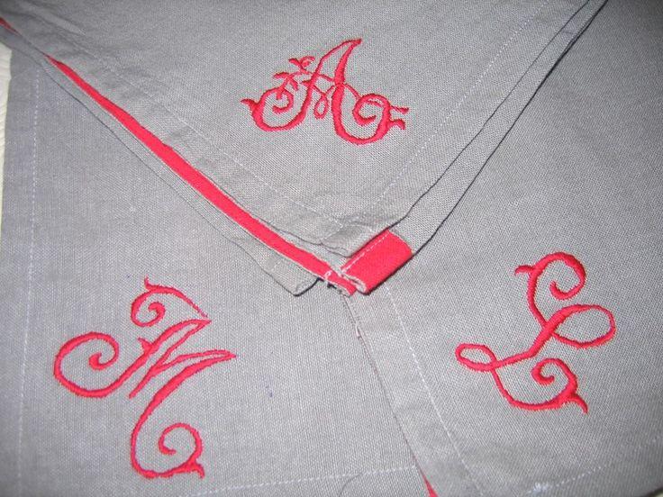 Les serviettes se sentant esseulées , voilà de quoi les habiller Et ... un tuto pour réaliser un rond de serviette en boutis . Voici une occasion de vous lancer et découvrir cet art provençal ancestral . Le matériel : - toile de coton ( 25*15 pour un...