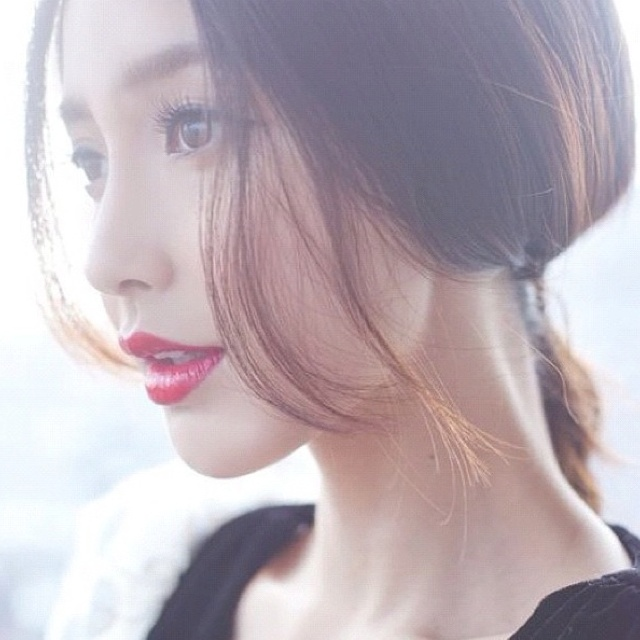 Angelababy hair and red lips GG's tiny times