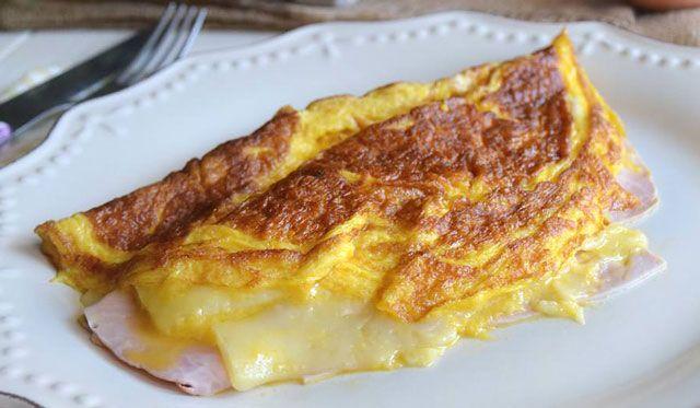 Omelette jambon-emental WW, recette d'une délicieuse omelette légère, facile et rapide à préparer pour un bon repas léger accompagnée d'une salade et des tranches de pain.