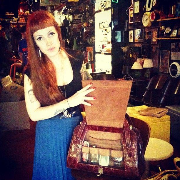Grande #bolsa de couro de #caiman, c/ vários compartimentos e kit de unhas c/ espelho (R$ 280). #Vitória não inclusa. (at Antiquário XIII)