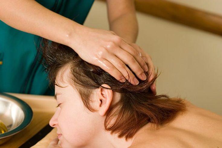 Cómo dar un masaje facial. Además de que se sienten bien, los masajes faciales son una manera rápida y simple de mejorar la circulación de la cara, mejorando la textura y color de la piel. Los masajes faciales son de mucha utilidad para aliviar la sensación de estrés y  dolores de cabeza ya que ...