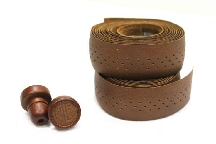 BLB Leather Stuurlint  Honing-bruin  Leren stuurtape:  Nieuw: In 2011 presenteerde BLB een collectie van luxe extra zachte leren stuurtapes.  De comfortabele en elegante collectiekomt in een varieteit van aardekleuren.  Zorgt ervoor dat je fiets opvalt.  Voor road drop bars en bullhorn sturen.  Materiaal: Leer.  Kleur: Honing-bruin.  Zeer comfortabel en resistent.  De set uniek voor BLB bevat twee houten stuureinden met matching reliëf leren caps als ook twee rollen tape genoeg voor één…