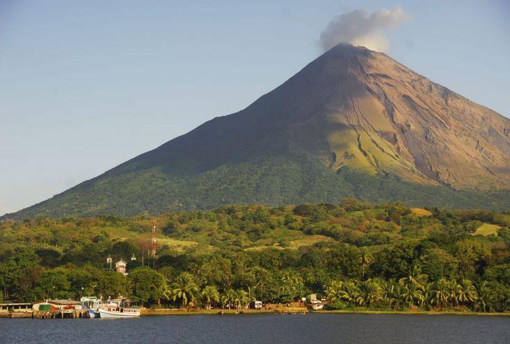 El humeante cráter del volcán Concepción se eleva sobre la ciudad de Moyogalpa y el lago Nicaragua, en la isla de Ometepe (Nicaragua).